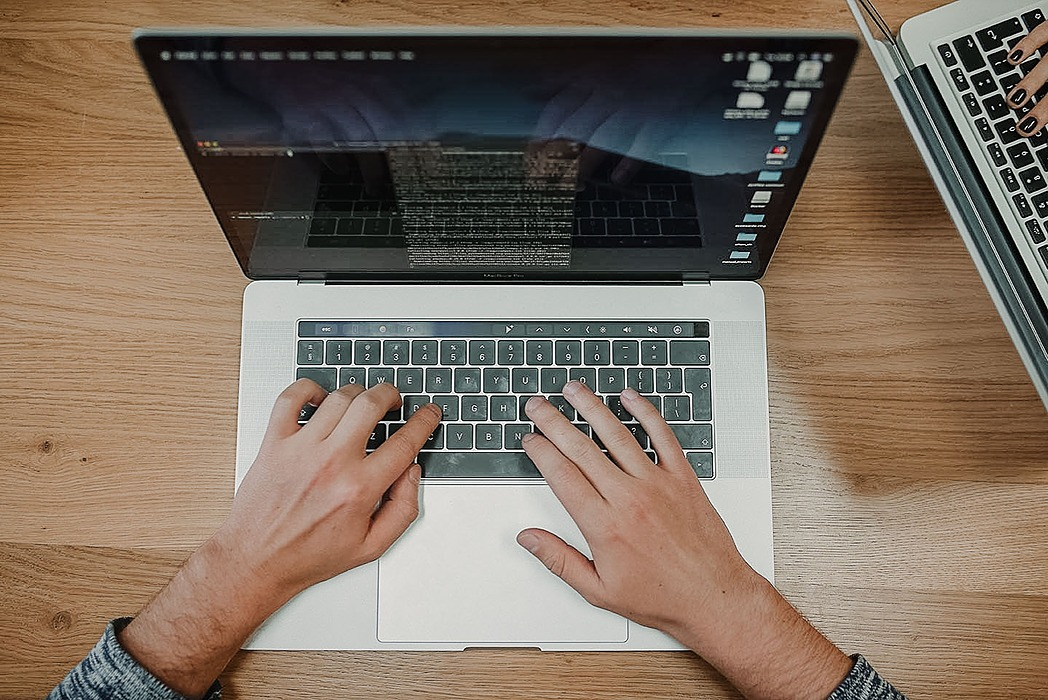 /why-do-programmers-choose-macbooks-8gm32dh feature image
