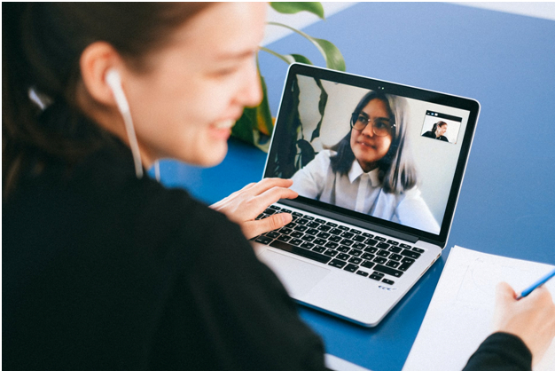 /customer-service-ai-vs-humans-in-interactive-communications-kjff3xql feature image