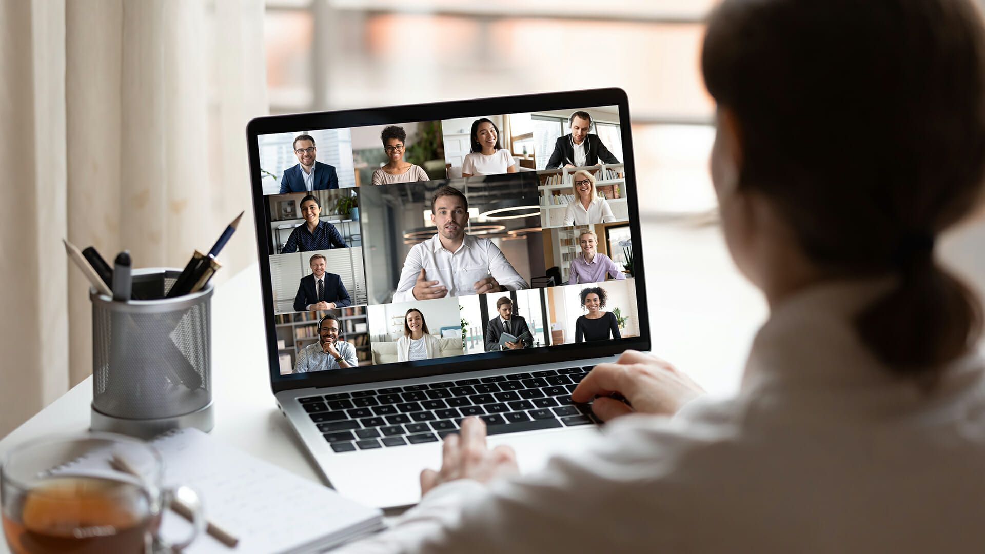 /virtual-corporate-events-and-meetings-as-a-new-trend-in-the-hr-industry-af3c33gm feature image