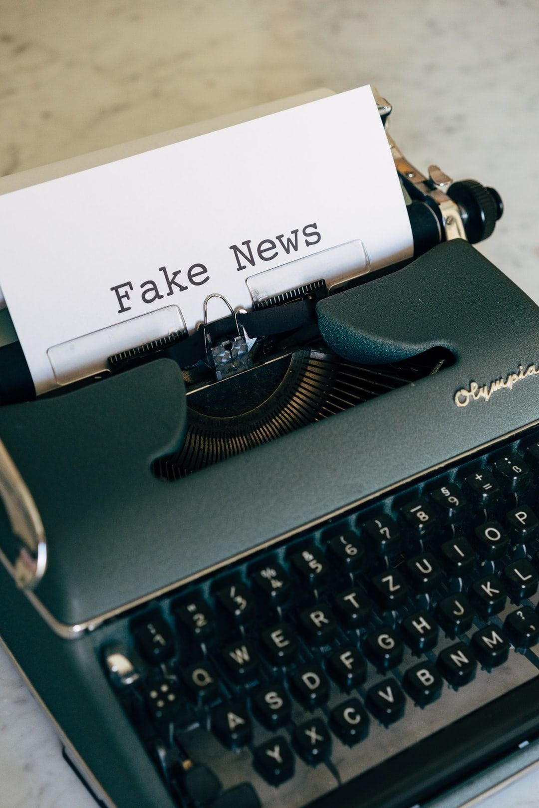 /how-to-combat-fake-news-gfc35lj feature image